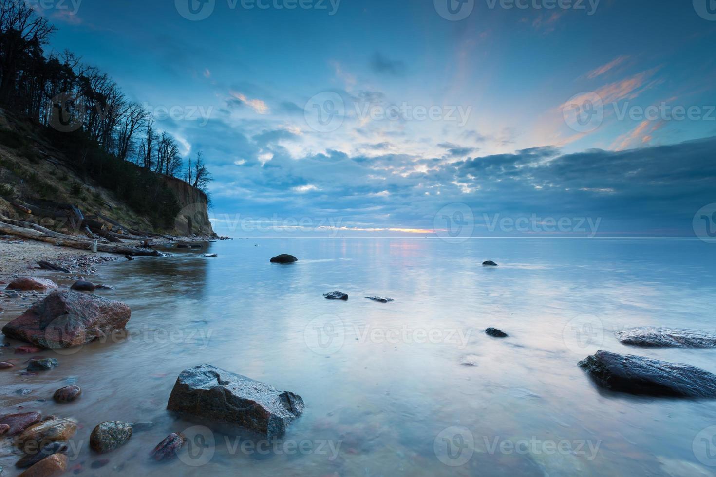 schöne baltische Küste mit großer Klippe in Gdynia Orlowo foto