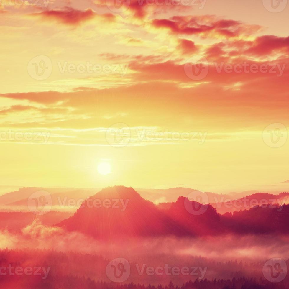 roter nebliger Tagesanbruch. nebliger Herbstmorgen in wunderschönen Hügeln. foto