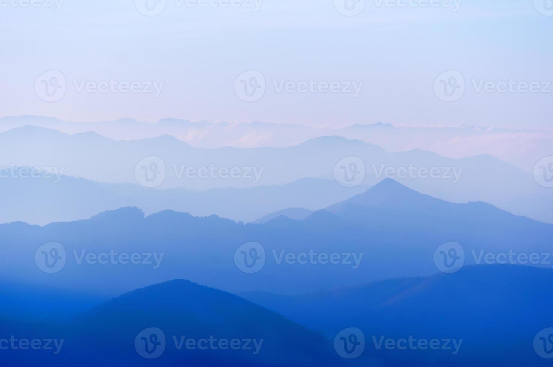 entfernte Bergsilhouetten foto