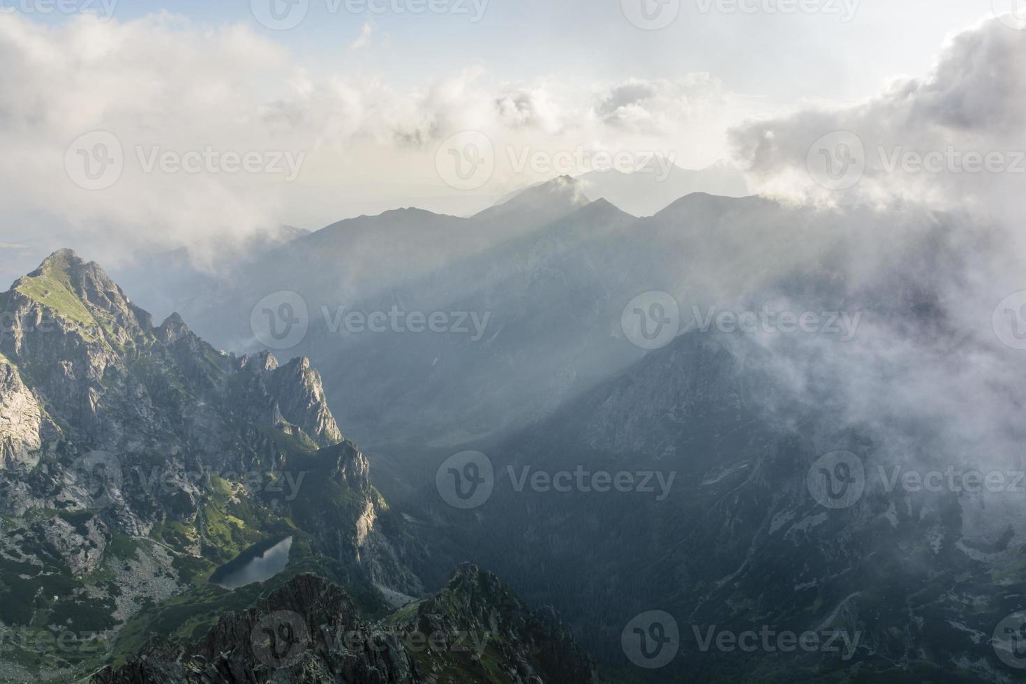Blick auf die Berge am Morgen foto