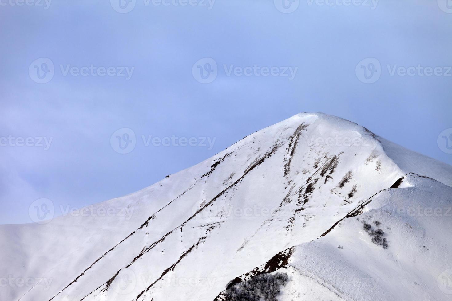 schneebedeckter Hang abseits der Piste am Morgen foto