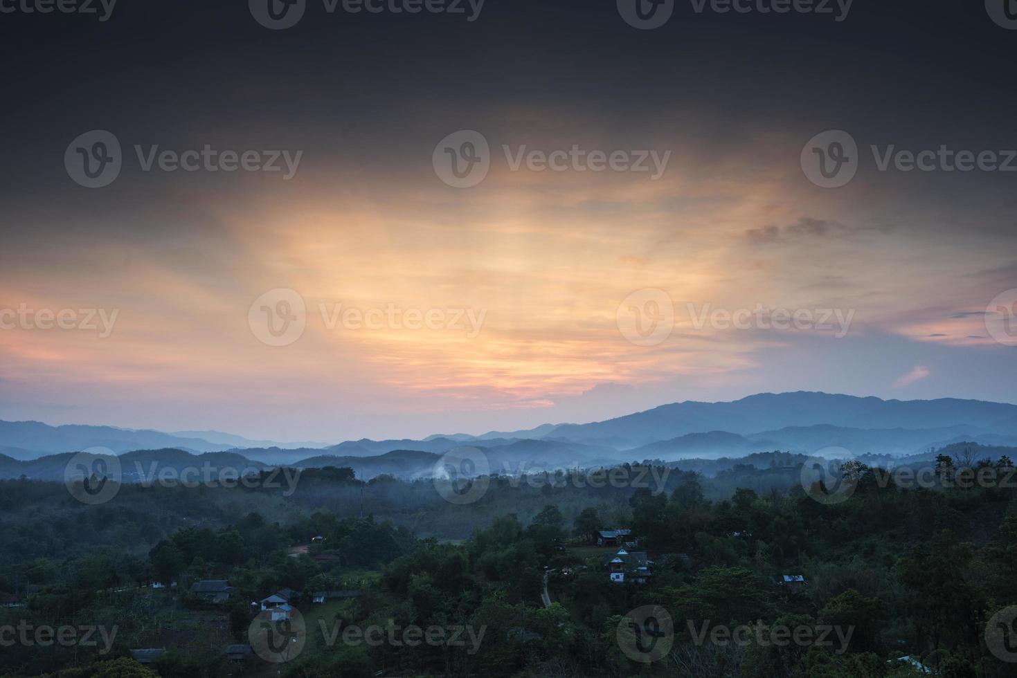 Dorf, Berge und Nebel. foto