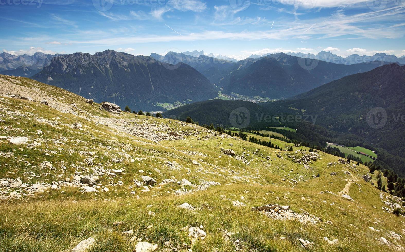Almwiese mit Panoramablick auf die Dolomiten foto