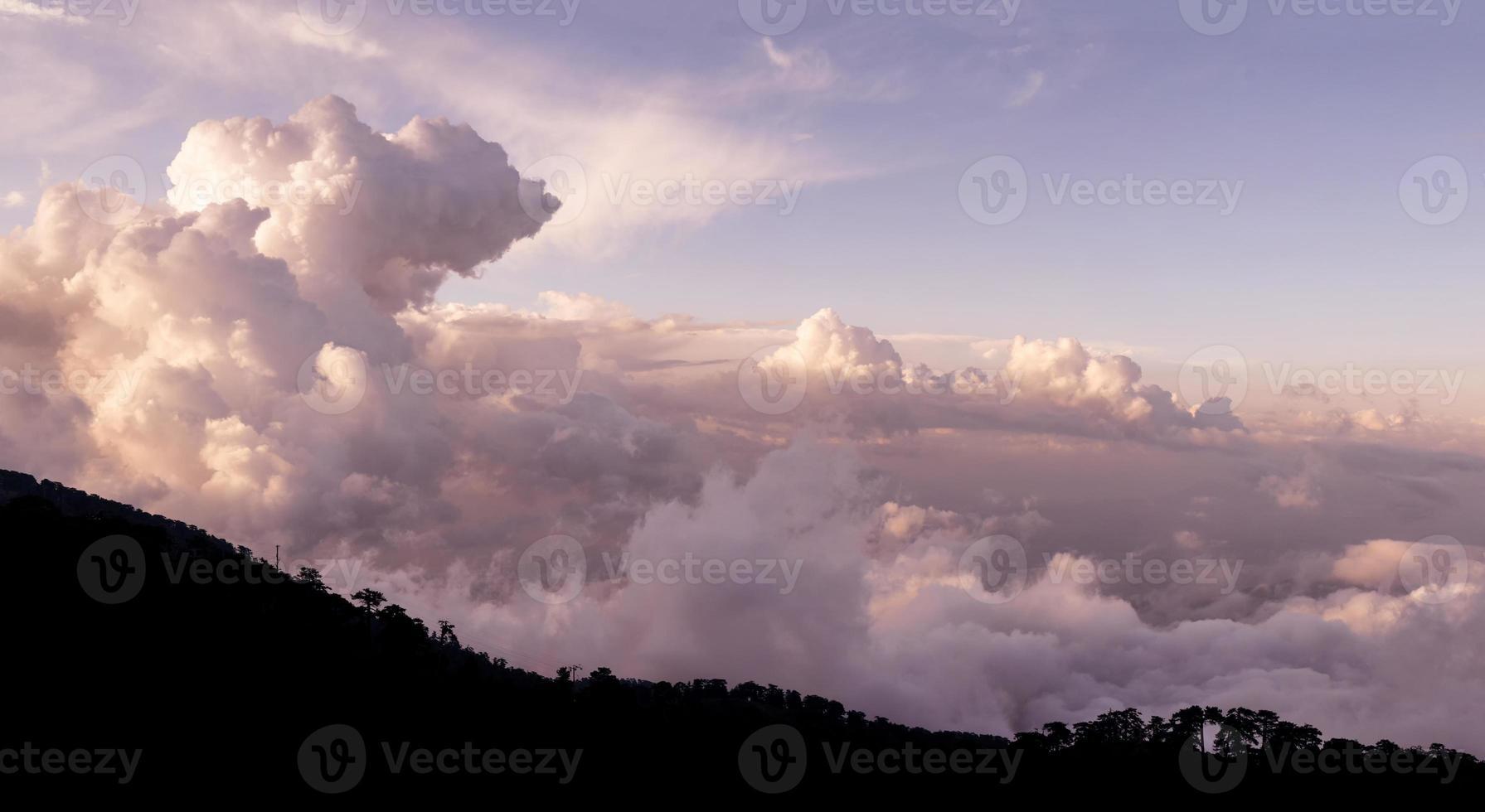 Wolkenlandschaft über Troodos Bergen. Zypern foto