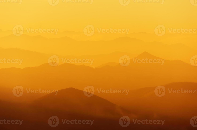 Bergschattenbilder bei Sonnenuntergang. High Angle View foto