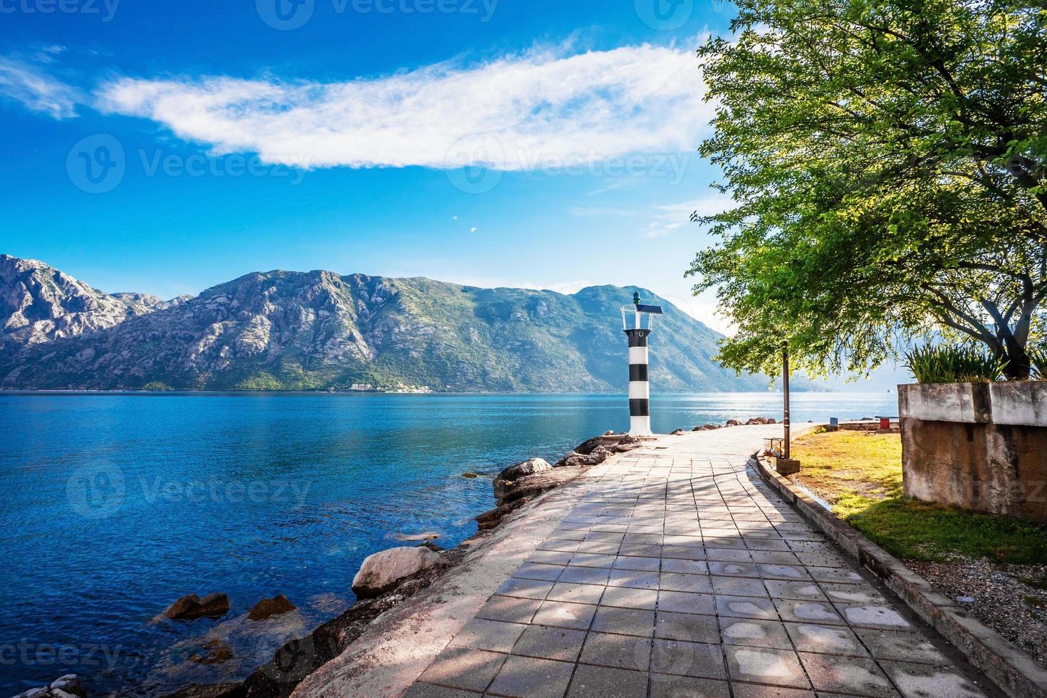 Küste mit Meer und Berg foto