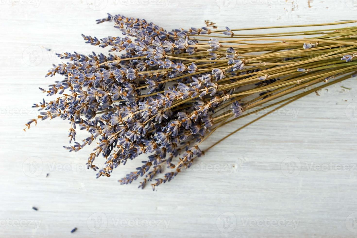 Lavendelstrauß auf der weißen Tafel foto