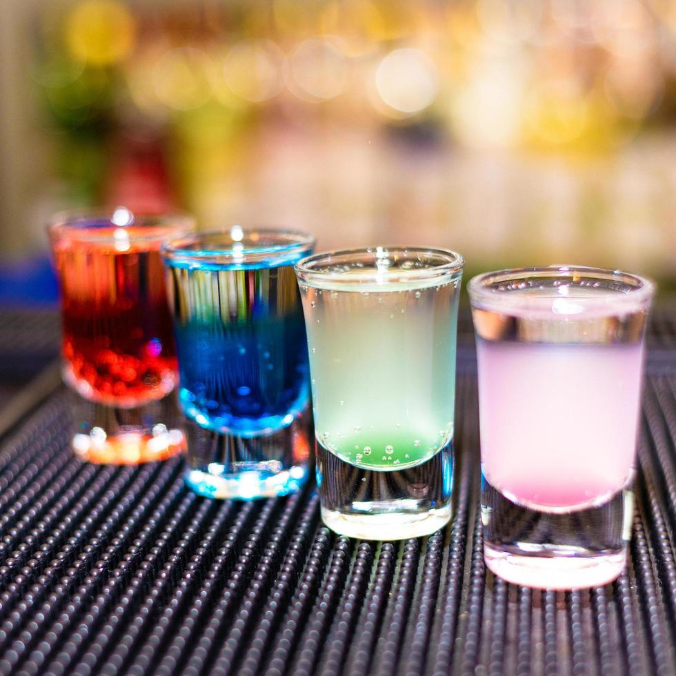 bunte Alkoholcocktails foto