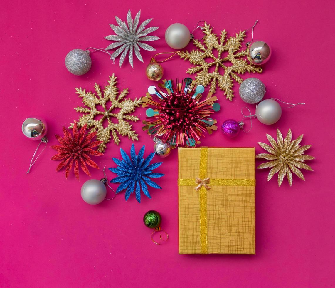 Weihnachtsfeiertagsgeschenk mit Verzierungen foto