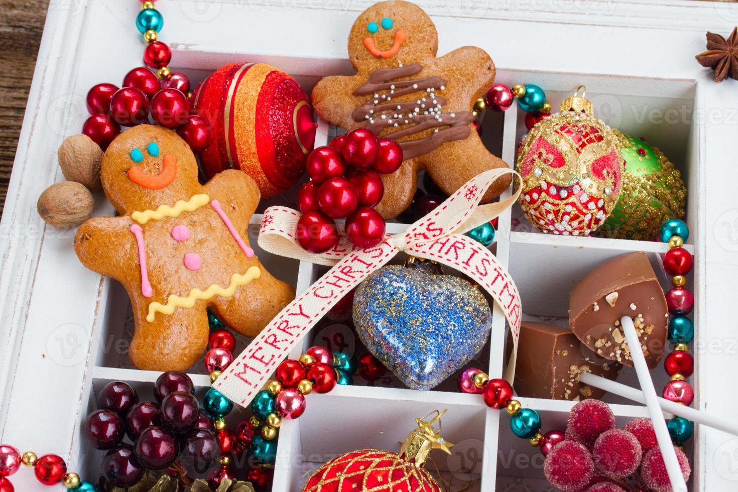 Lebkuchen mit Weihnachtsschmuck foto