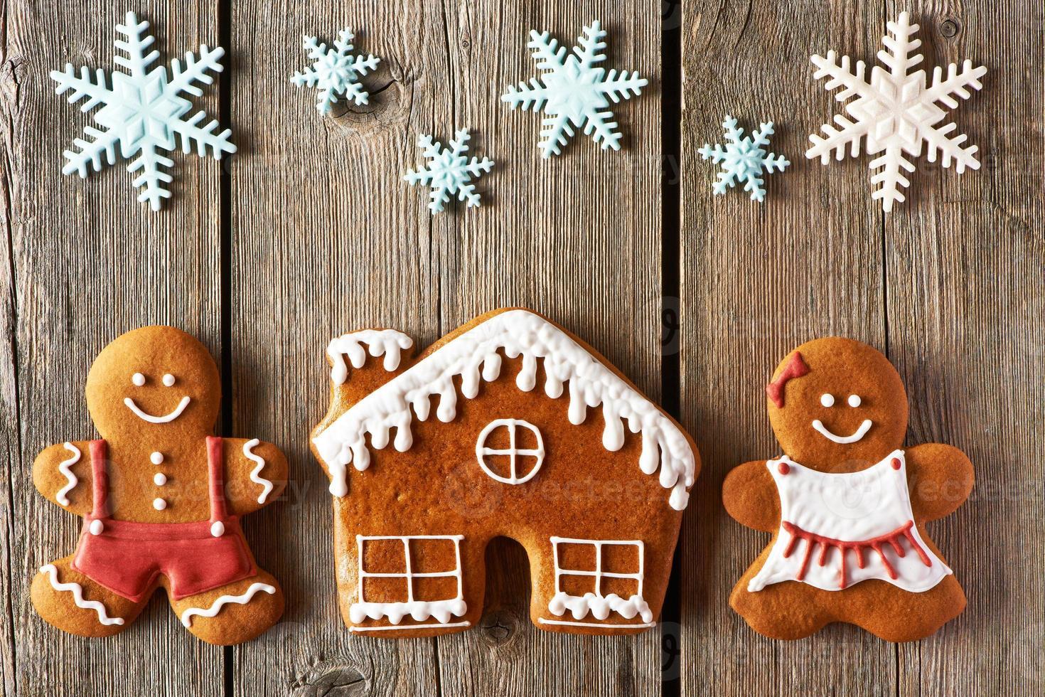 Weihnachts-Lebkuchenpaar und Hauskekse foto