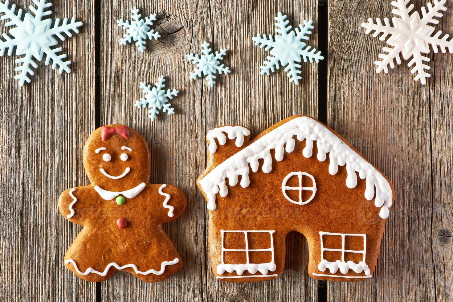 Weihnachtslebkuchenmädchen und Hauskekse foto