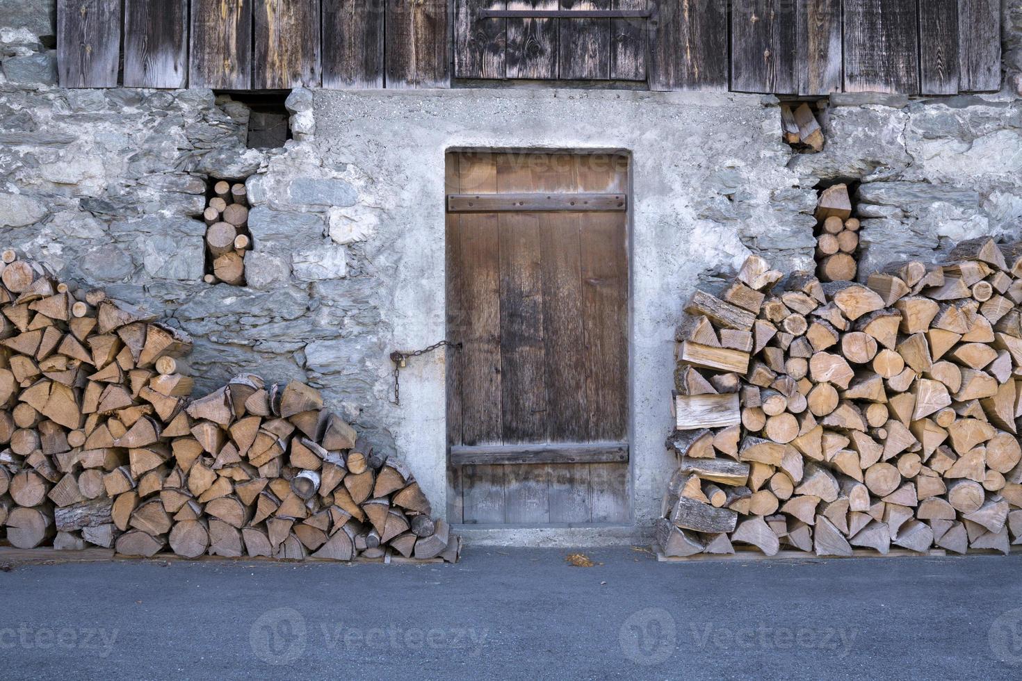 rustikale Scheune mit Brennholzstapeln. foto
