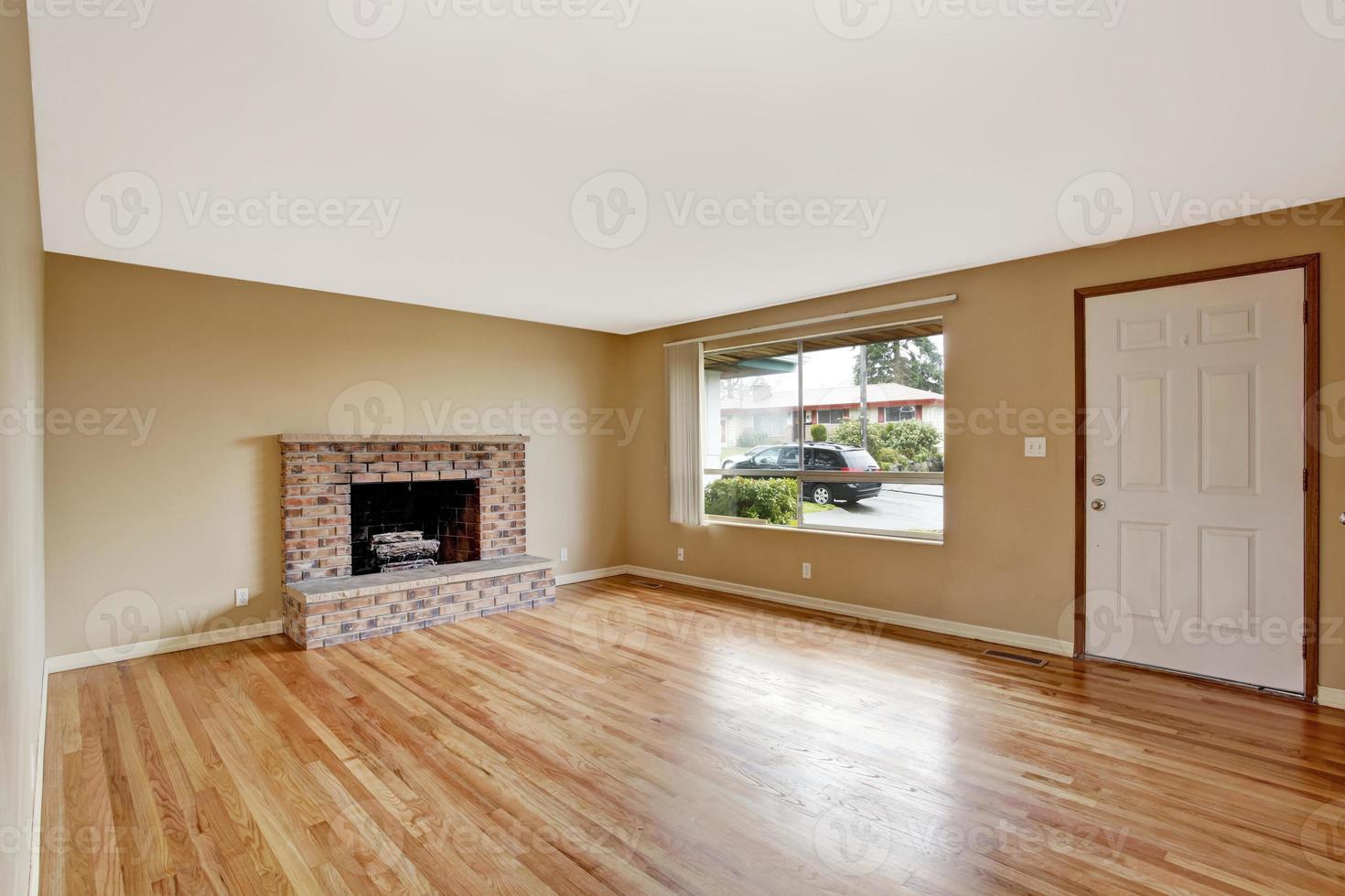 leeres Haus Interieur. Wohnzimmer mit Kamin foto