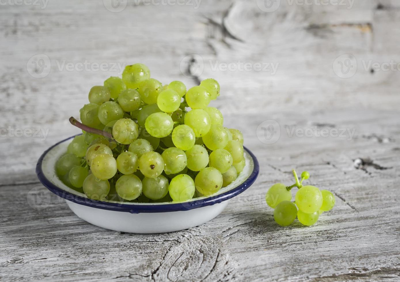 frische grüne Trauben in einer weißen Emailschale foto