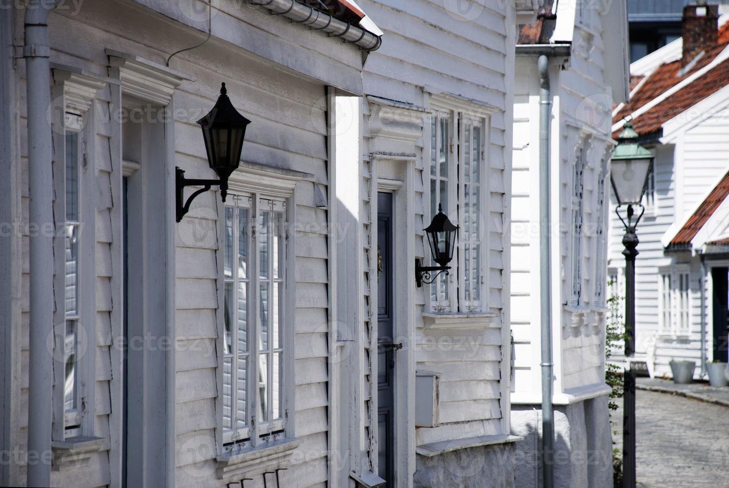 weiße Häuser in einer Straße foto