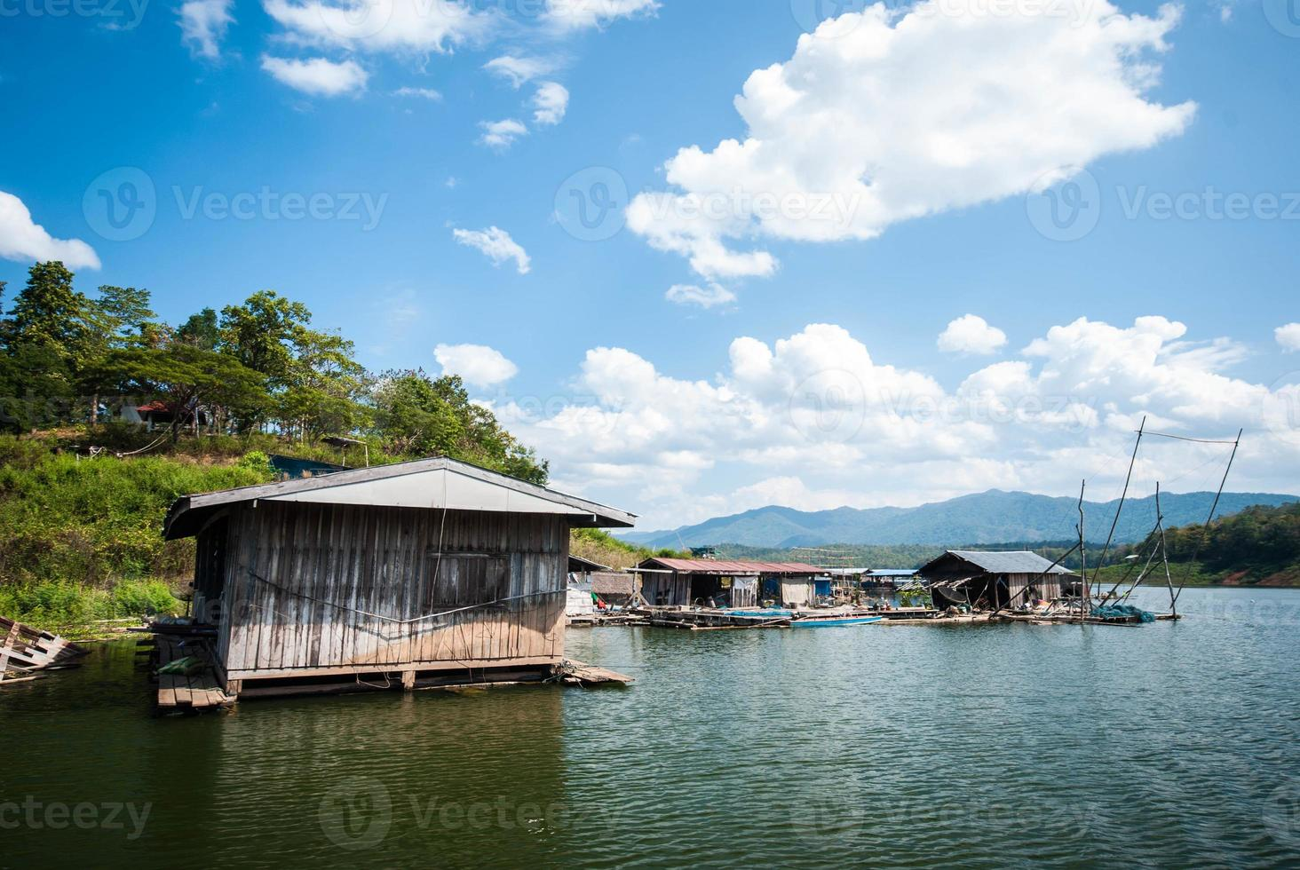 Holzhaus am Fluss in Thailand foto