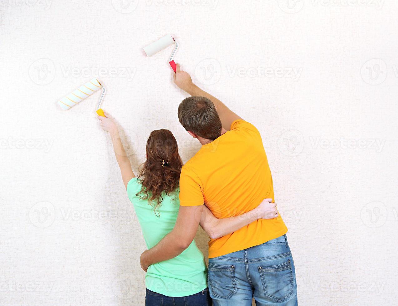 junges Paar macht Renovierung in neuem Haus foto