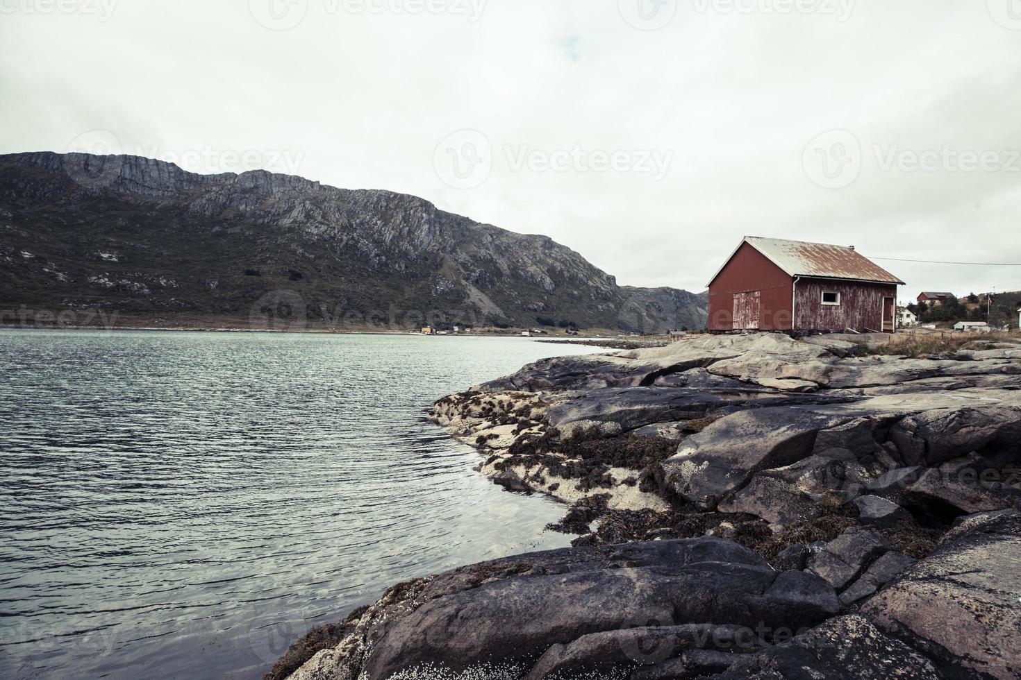 Lofoten Norwegen Küste mit rotem Haus auf Felsen foto
