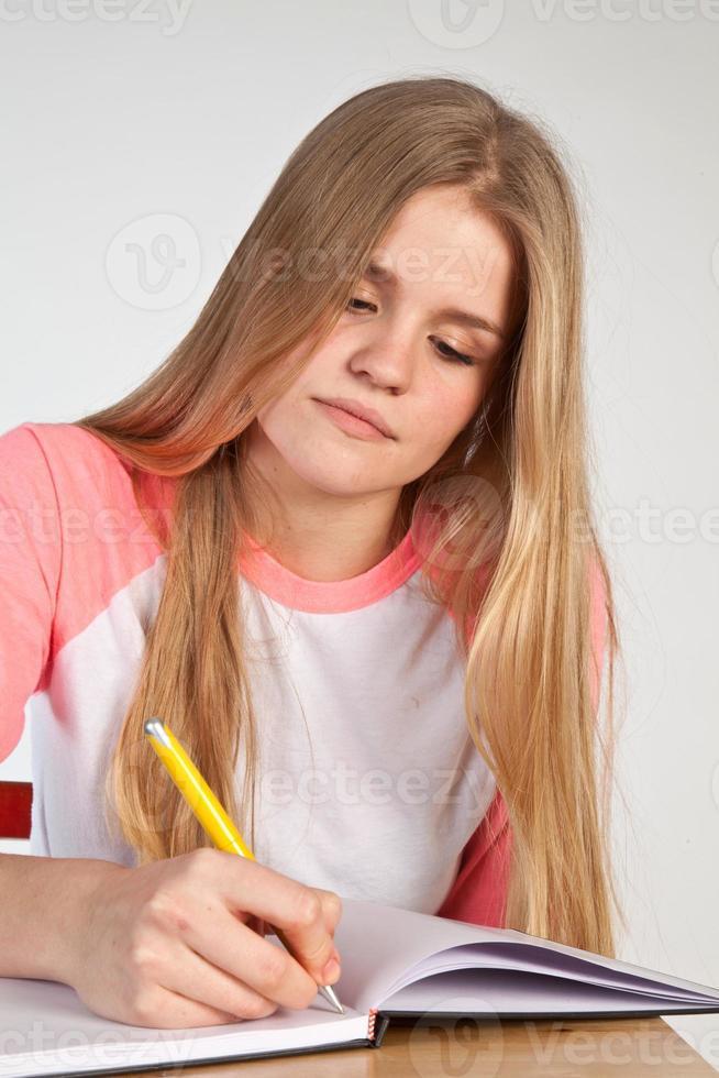 skandinavisches süßes junges Mädchen, das schreibt foto
