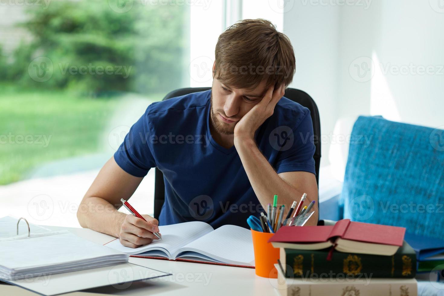 schläfriger Schüler muss lernen foto