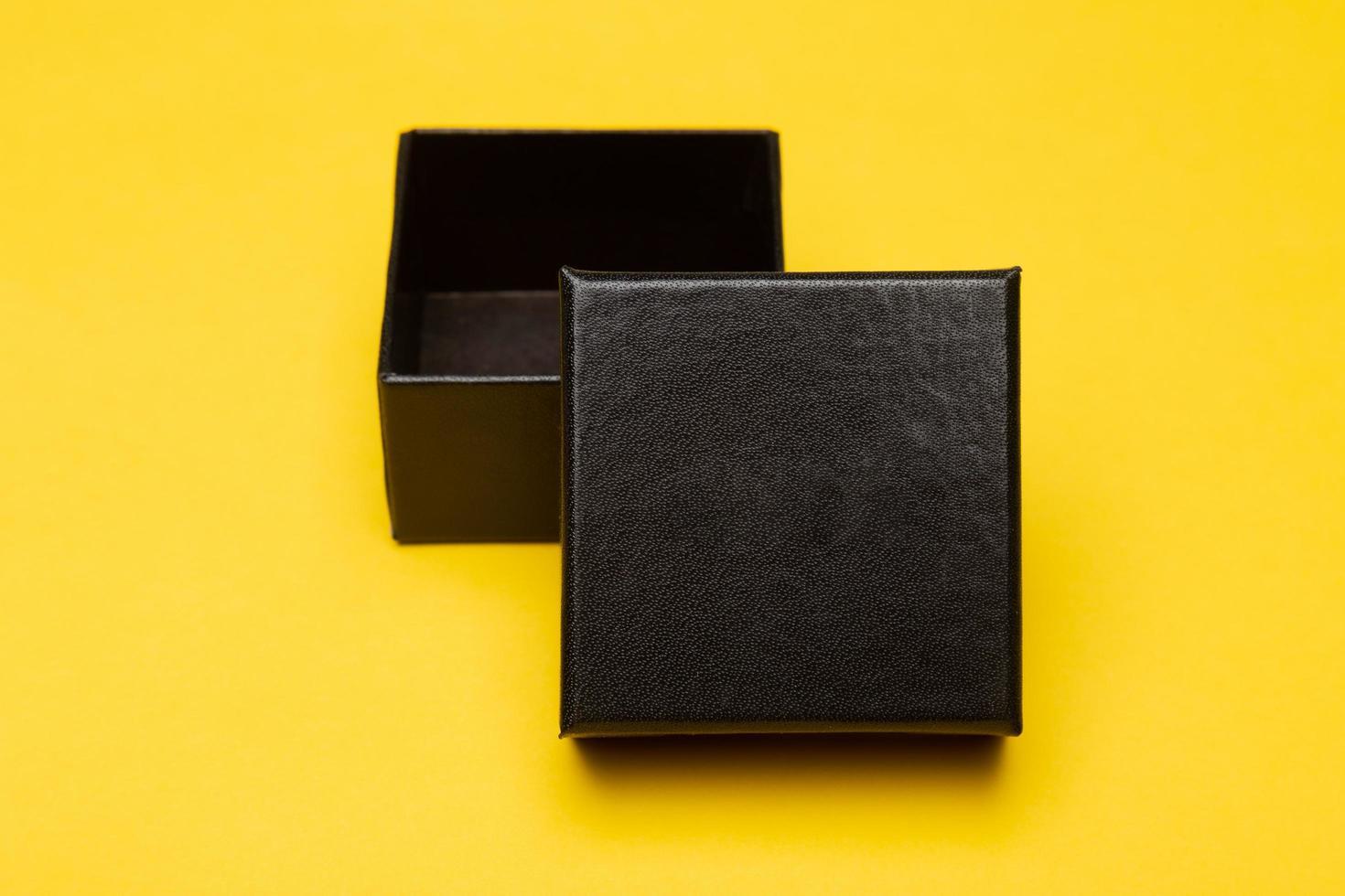 Mini-Blackbox isoliert auf gelbem Hintergrund foto
