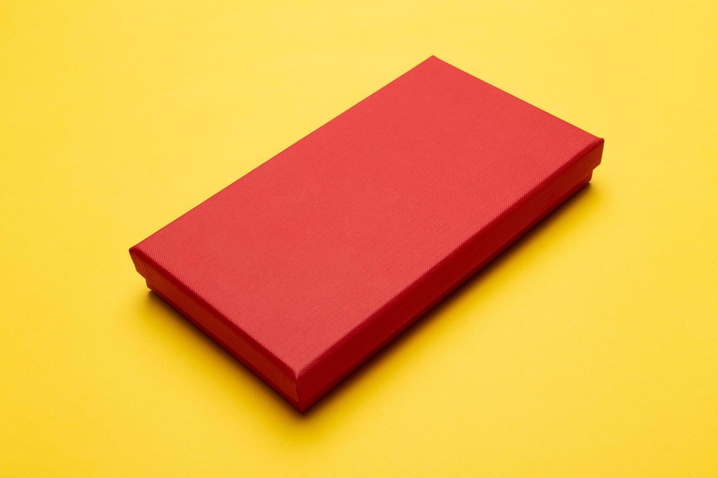 rote Box lokalisiert auf gelbem Hintergrund foto