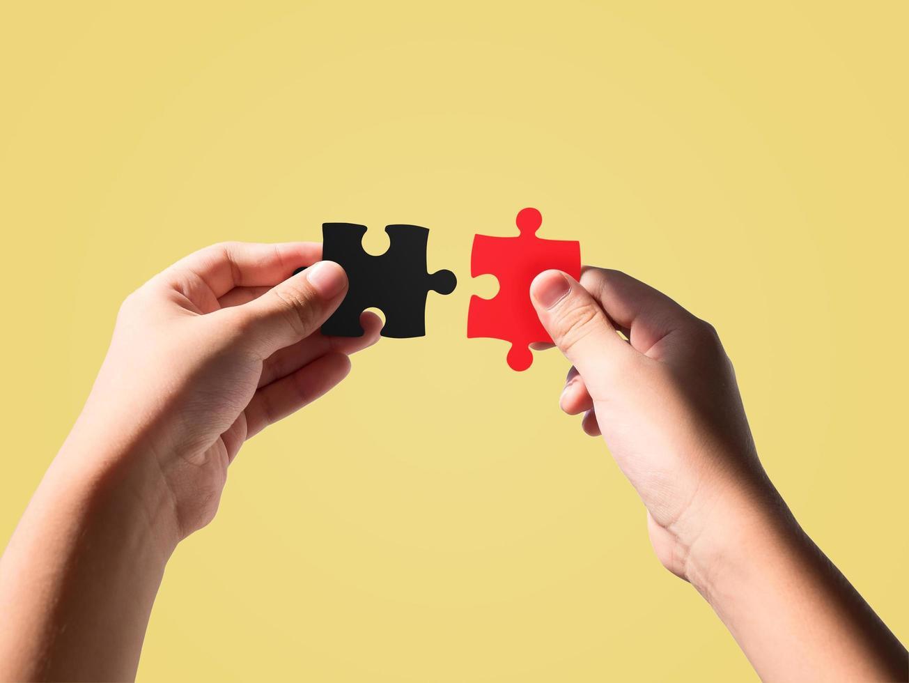 Hände halten Puzzleteile foto