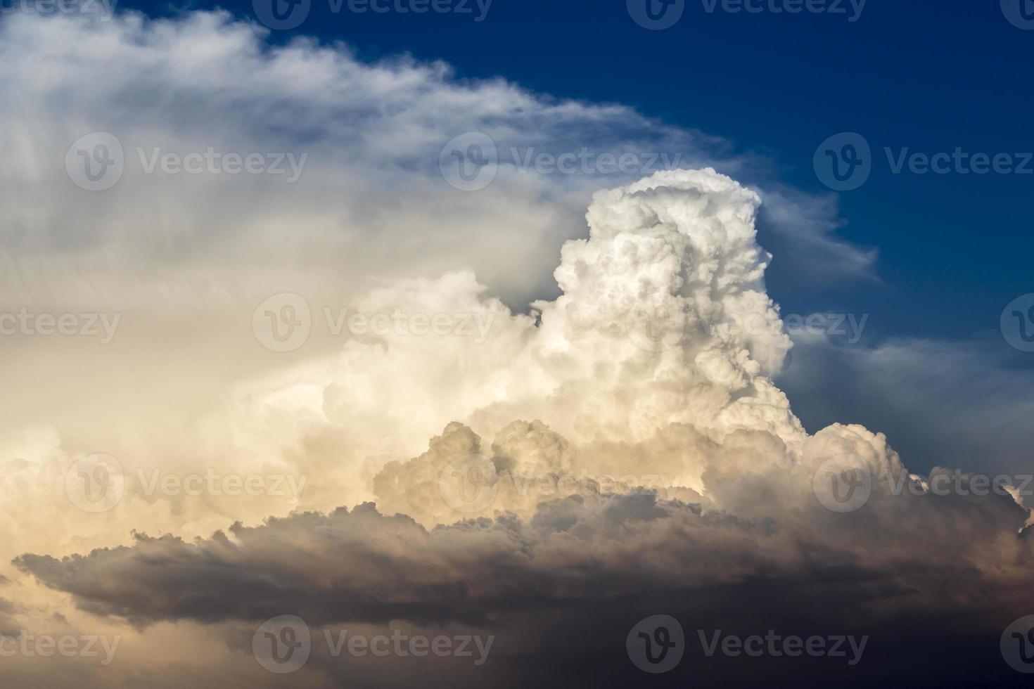 Gewitterwolken im Sonnenuntergangslicht gebadet foto