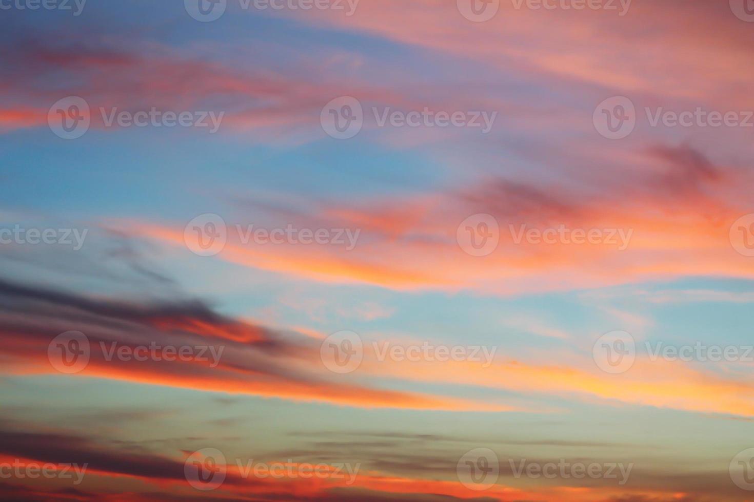 schöner bewölkter Himmelhintergrund bei Sonnenuntergang bereit für Ihr Design foto