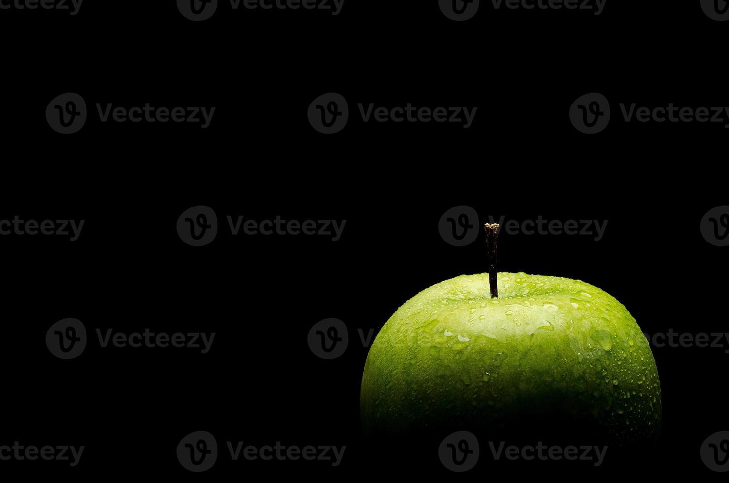 grüner Apfel auf schwarz foto