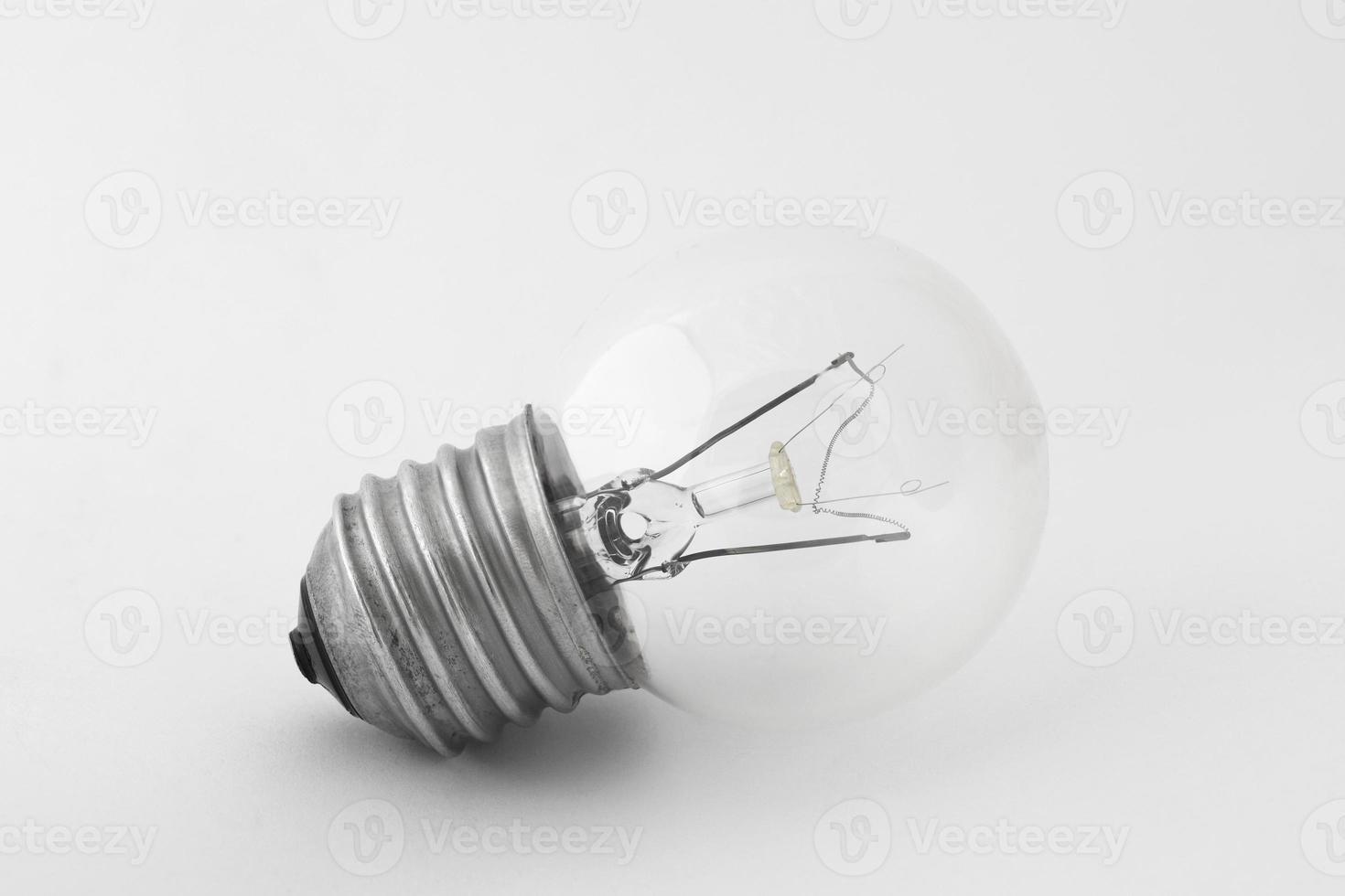 Glühbirne in natürlichem Licht auf weißem Hintergrund foto