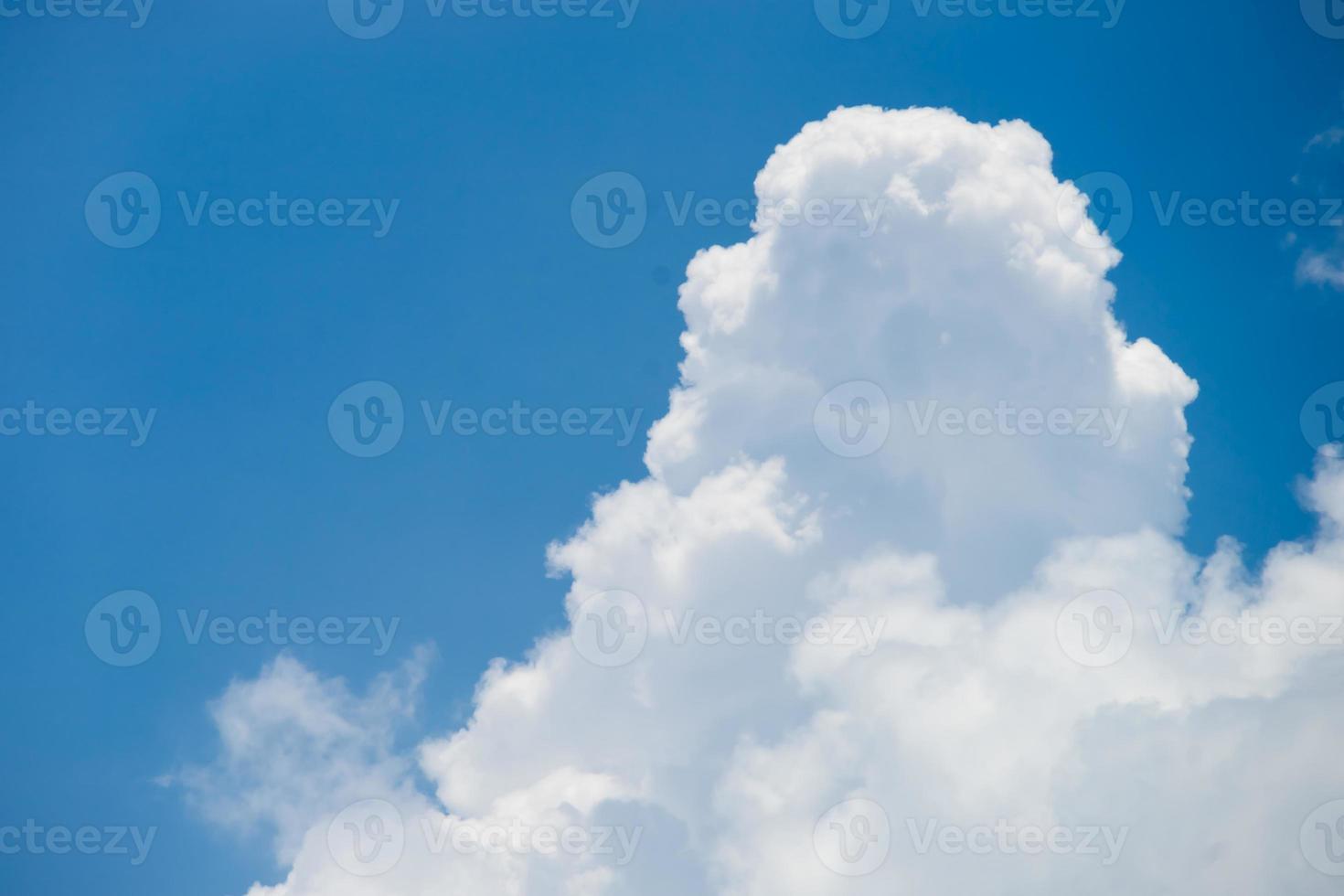 blauer Himmel mit Wolke foto