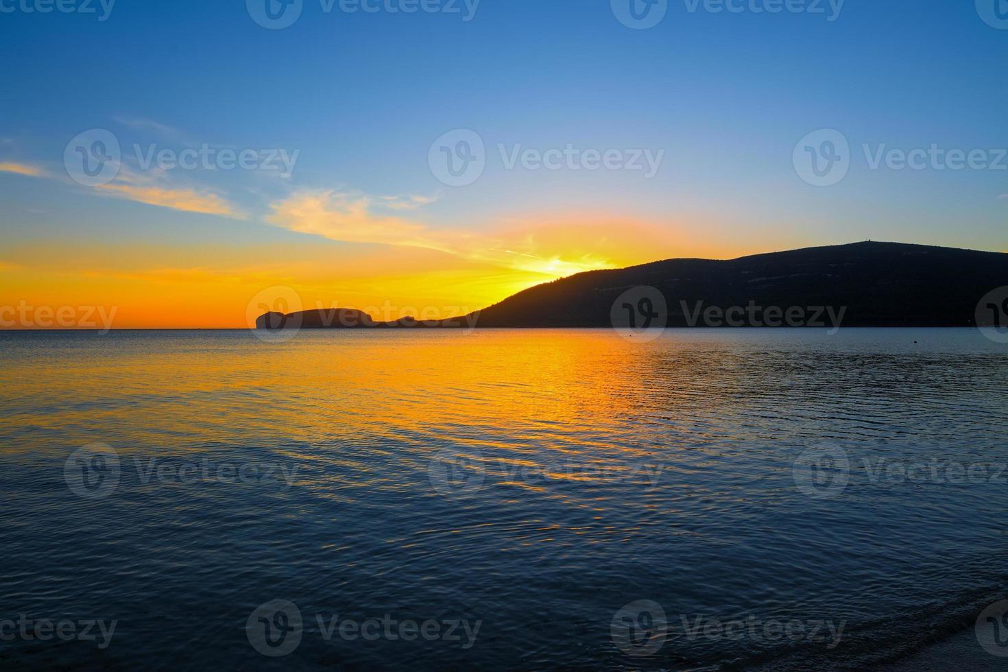 Capo Caccia Silhouette unter einem malerischen Himmel foto