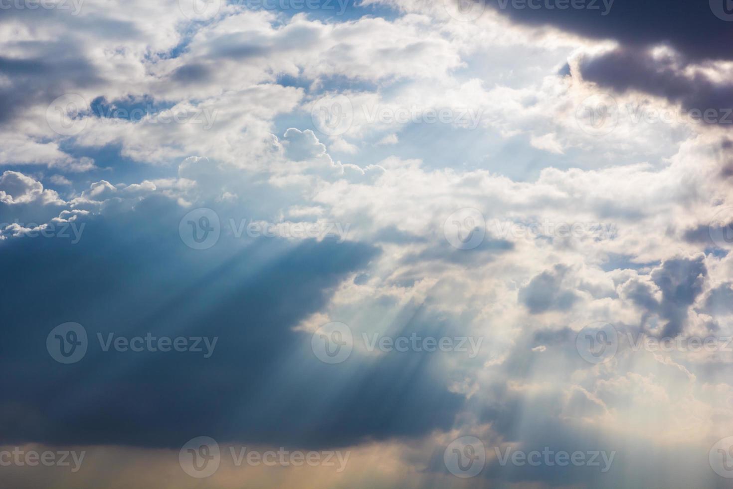 Sonnenstrahl durch Dunst am Himmel foto