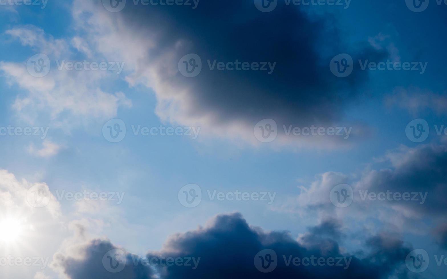 dunkelblauer Himmel und Wolke foto