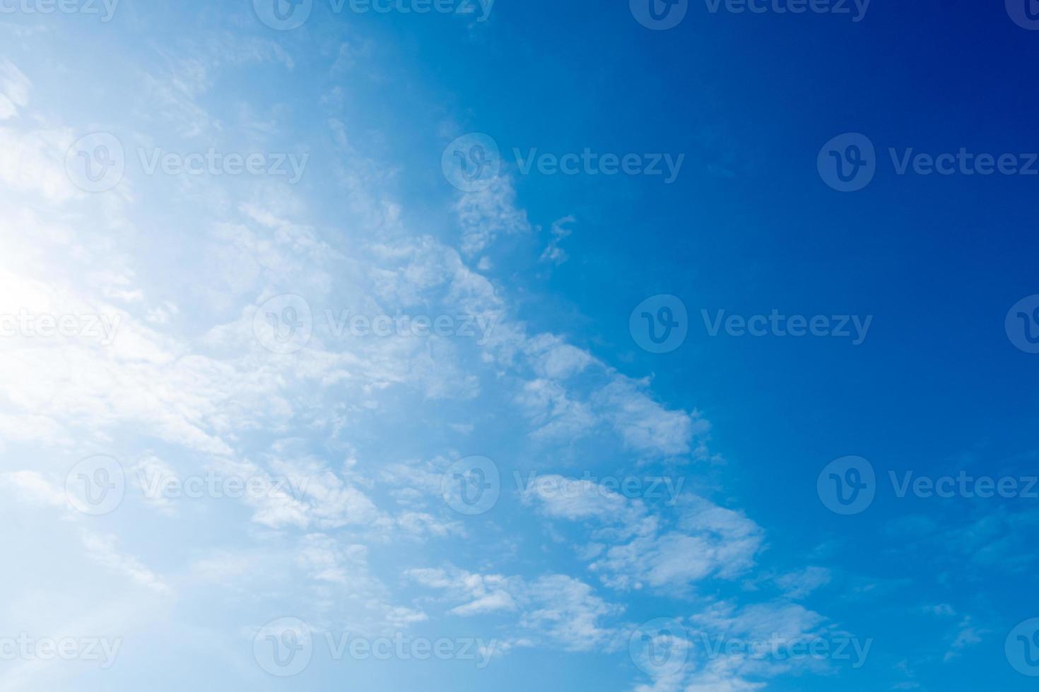 Wolken am blauen Himmel foto