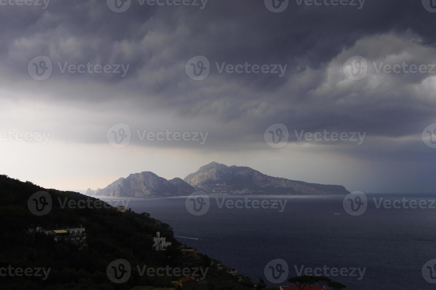 Capri unter einem stürmischen Himmel foto