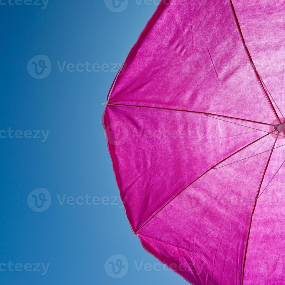 Sonnenschirm mit blauem Himmel foto
