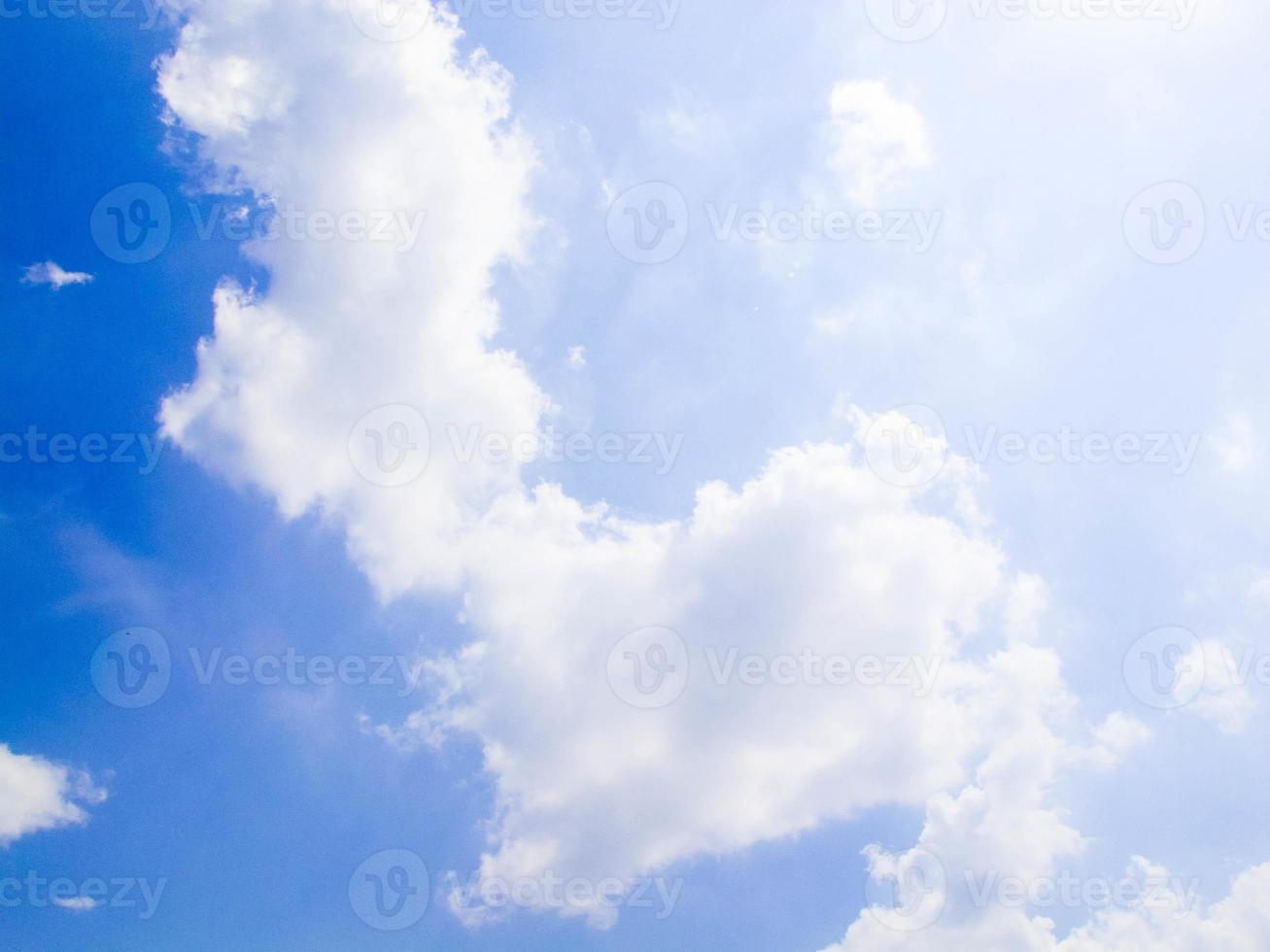 Himmel mit Wolken und Sonne foto