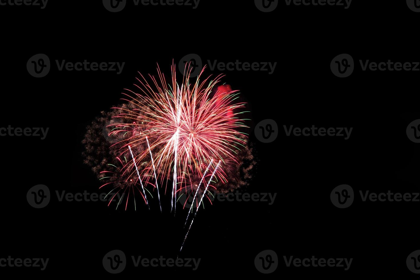 Feuerwerk im Hintergrund des dunklen Himmels foto