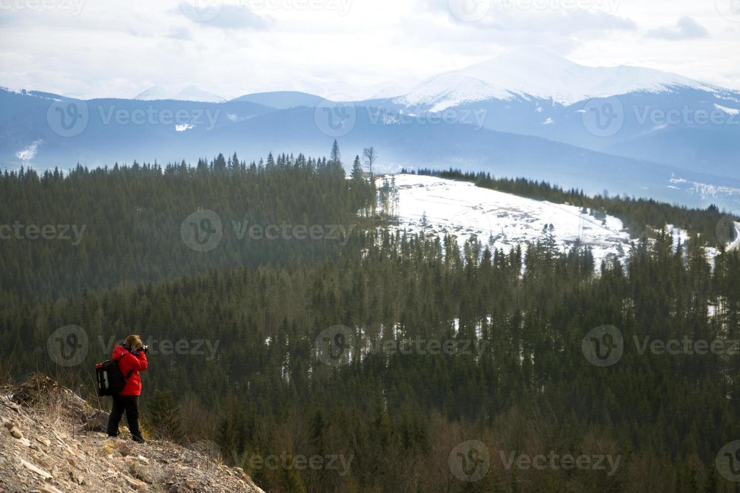 Fotograf mit Bergen und Himmelhintergrund foto