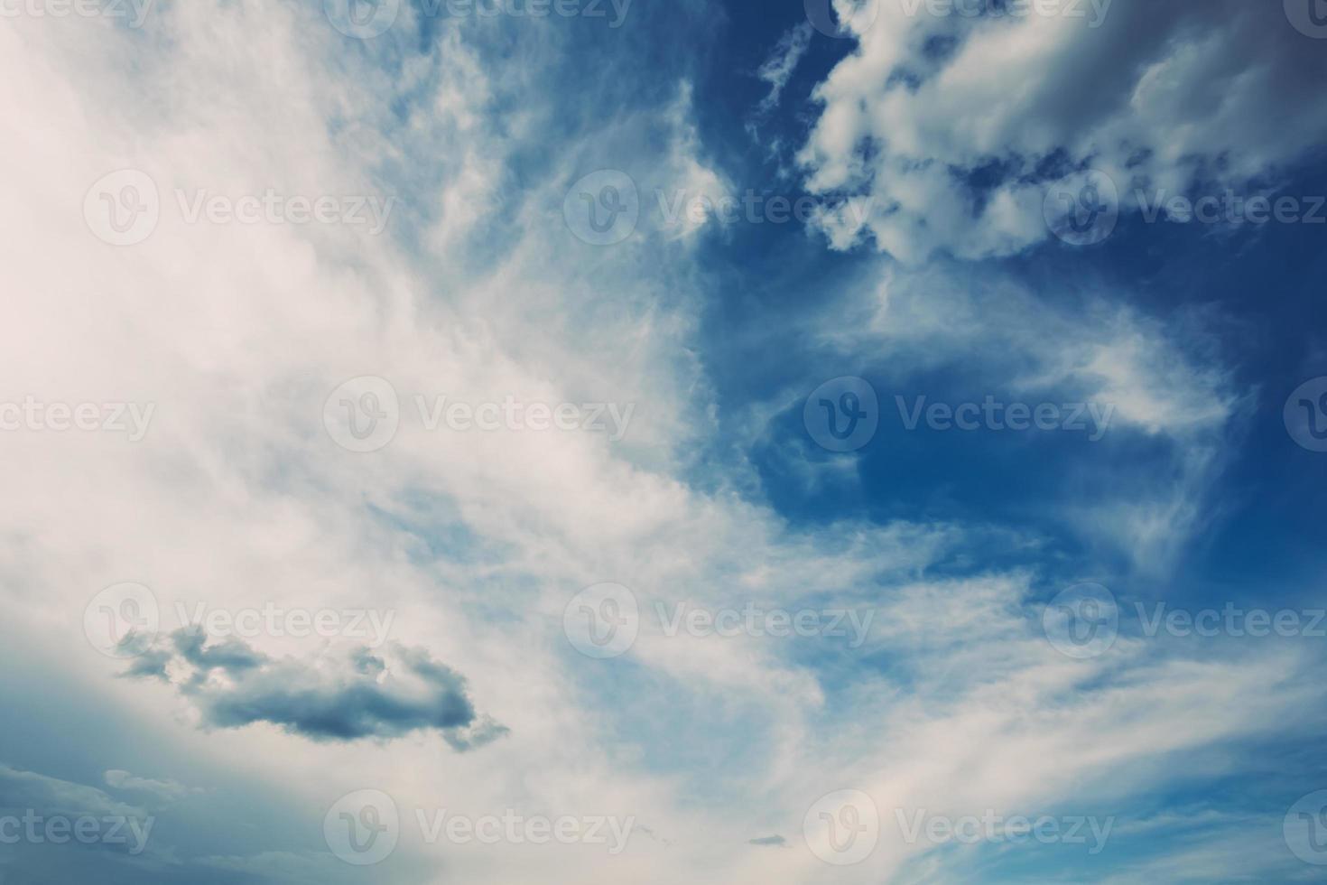 blauer Himmelhintergrund mit weißen Wolken foto