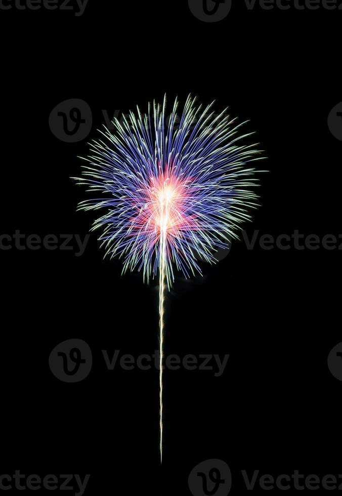 buntes Feuerwerk am schwarzen Himmel foto