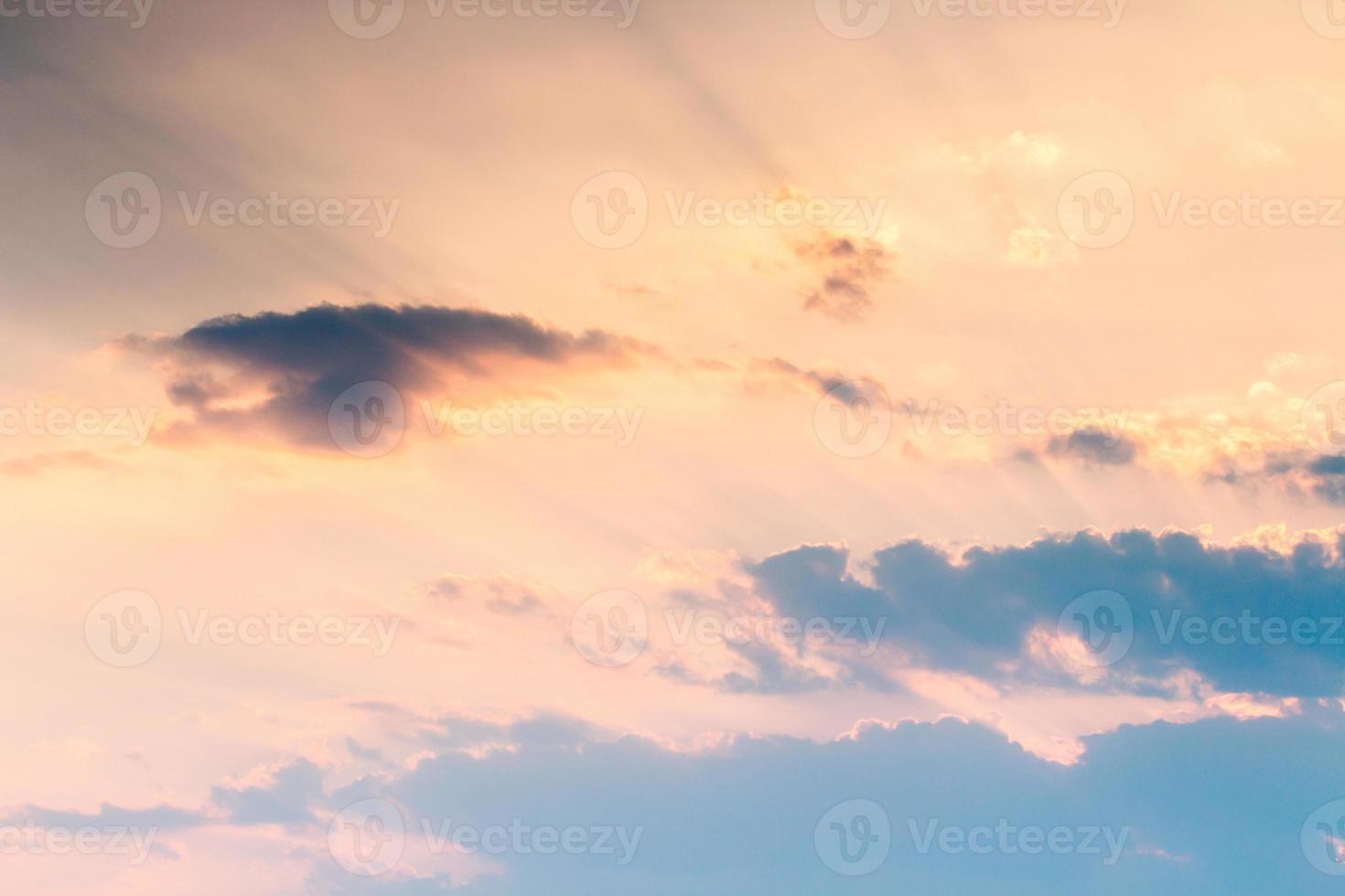 bunter dramatischer Himmel mit Wolke bei Sonnenuntergang foto