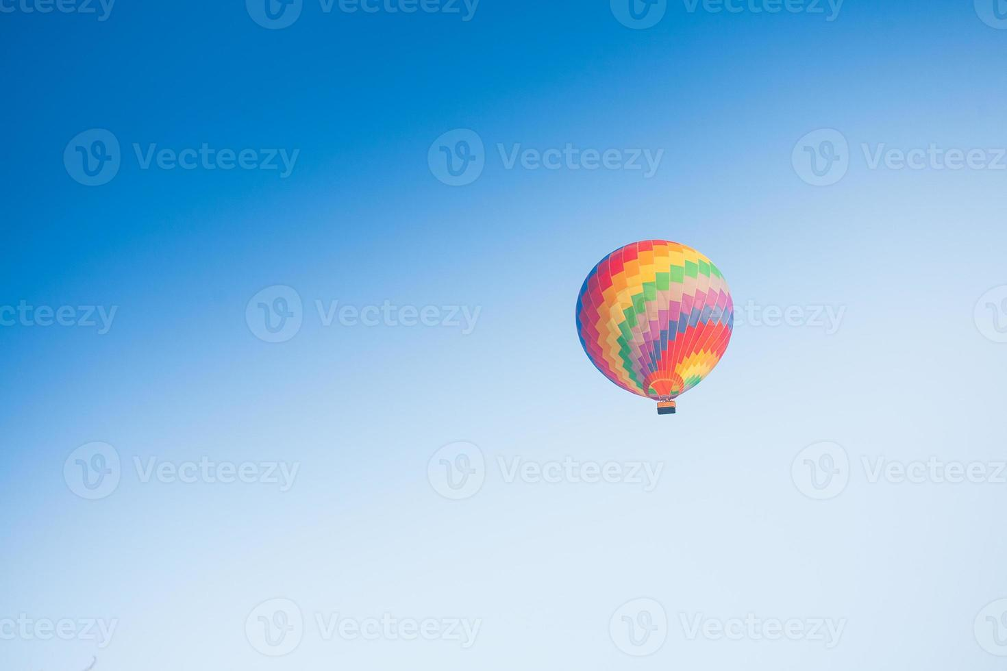 Heißluftballon am Himmel in Laos foto