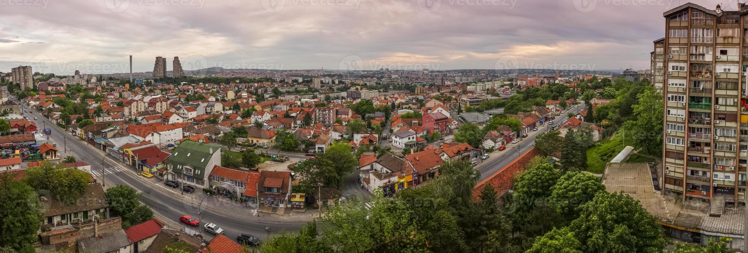 Belgrader Stadtbildpanorama mit schönem buntem Himmel foto