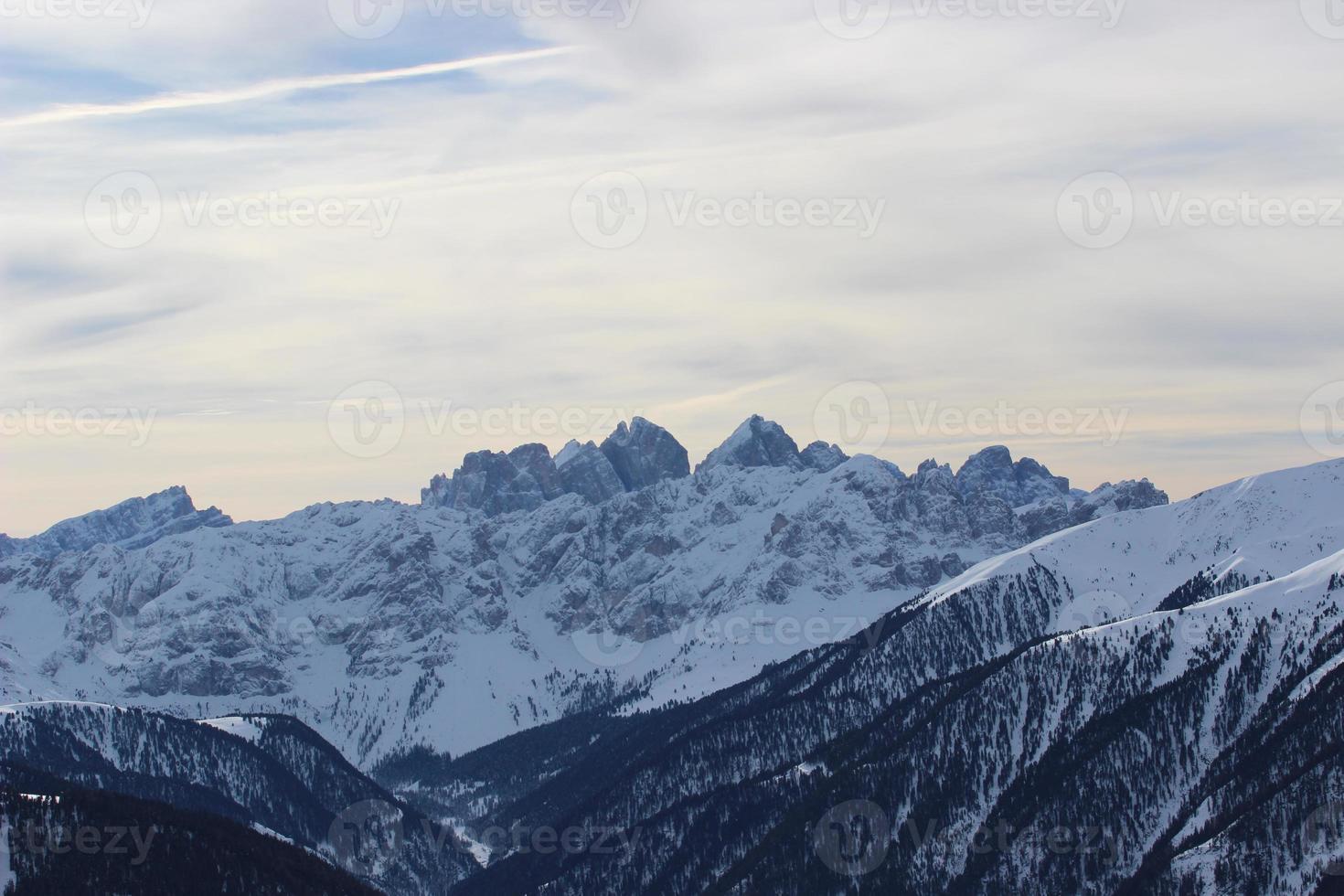 schneebedeckter Berg und Himmel in den Alpen foto