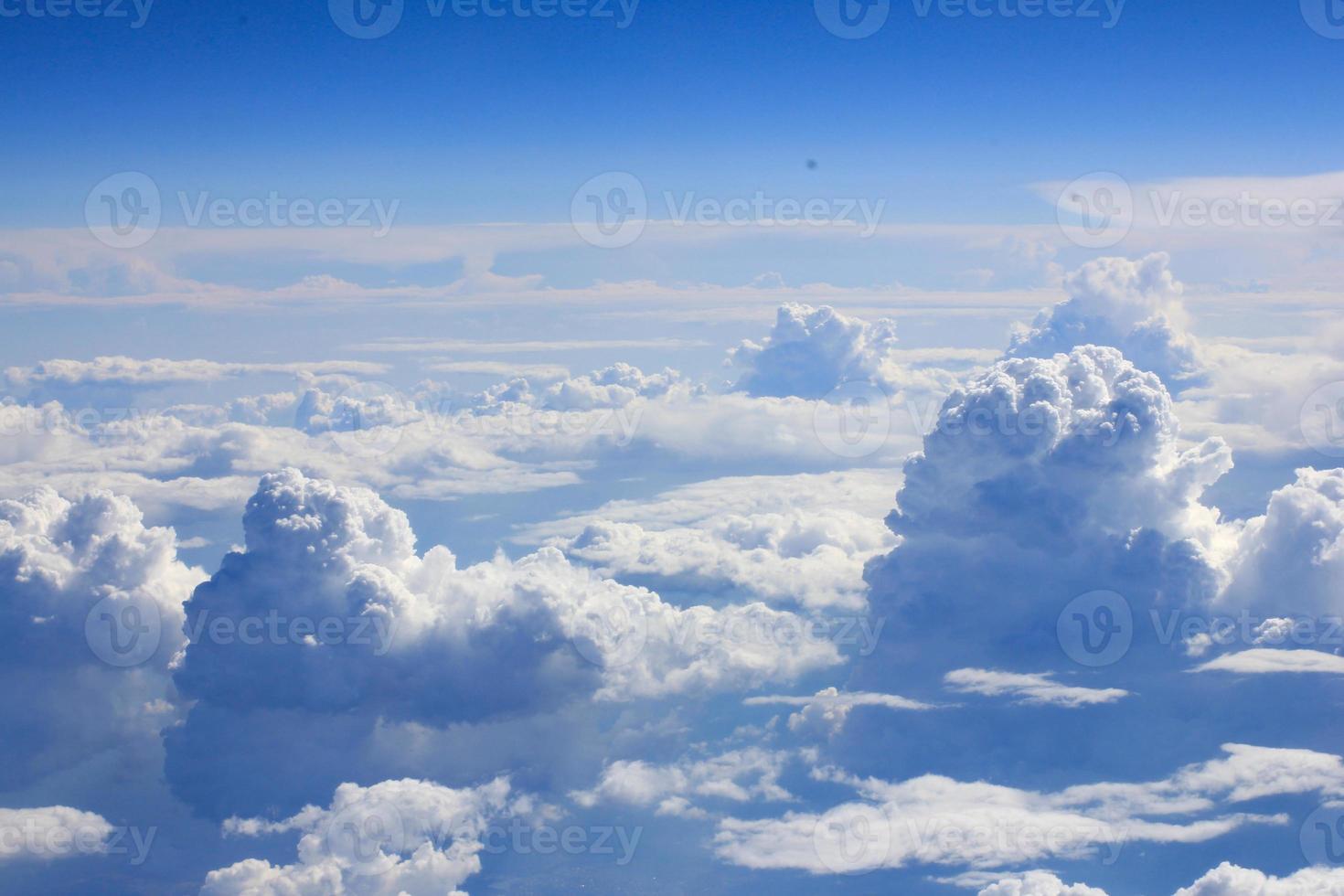 Wolken und Himmelsansicht von einem Flugzeug foto