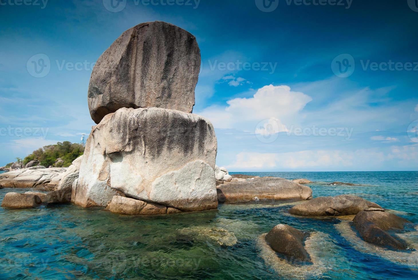 Felsen, Meer und blauer Himmel - lipe Insel Thailand foto